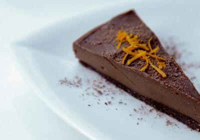 Se un cioccolatino al giorno porta buonumore, immaginati assaggiare questa intrigante delizia crudista: la torta cruda all'arancia e cacao