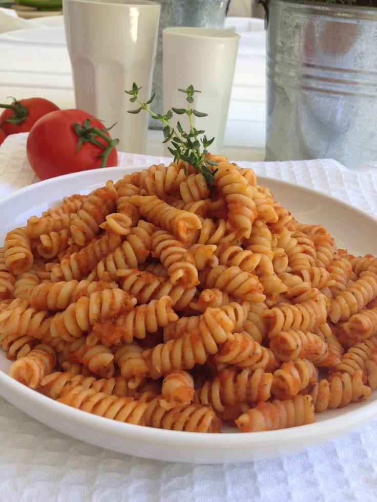 Fusilli with tomato sauce, oregano and extra virgin olive oil ideal for kids http://www.instyle.gr/recipe/fusilli-saltsa-tomatas-ke-rigani/