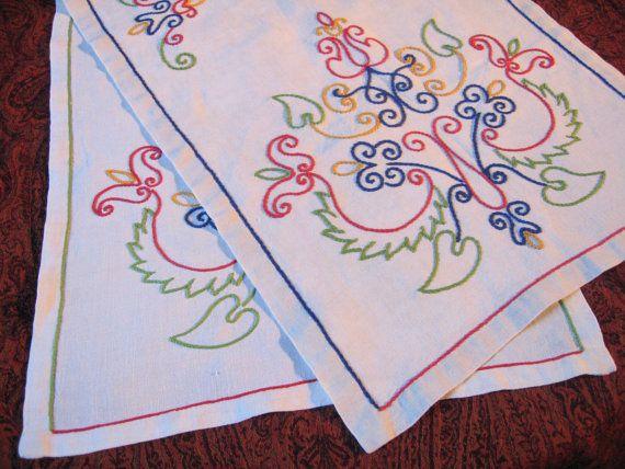 2 Chemins de table anciens brodés main / Motif traditionnel stylisé / Art populaire français / Napperon rectangulaire rétro /Centre de table