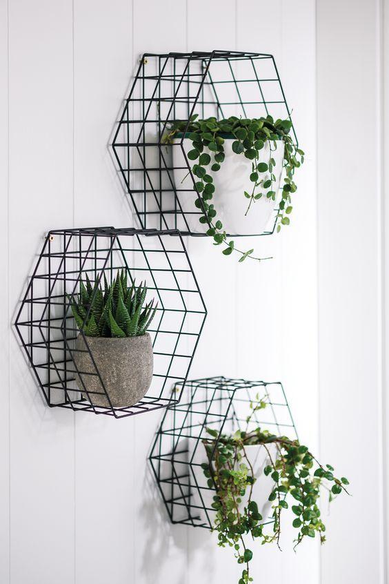Des corbeilles transformées en niches pour pots - Urban jungle inspiratie: plaats je favoriete planten in zwarte draadstalen mandjes en maak er groene industriële wanddecoratie van.