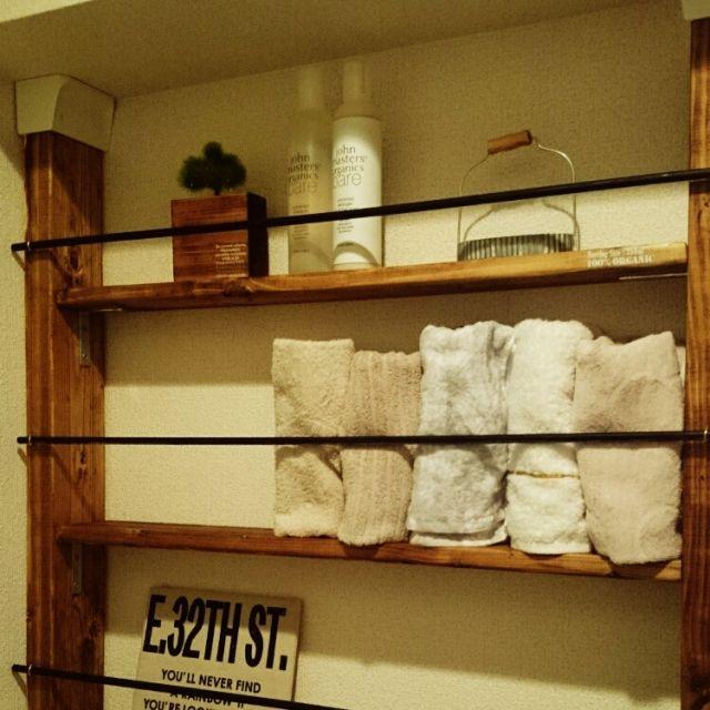 女性で、2LDK、家族住まいのファブリックボード/ジョンマスターオーガニック/賃貸/DIY/賃貸アパート…などについてのインテリア実例を紹介。「洗面所のすき間にディアウォールを立てて、タオル収納を作ってみました♪」(この写真は 2015-08-02 22:15:49 に共有されました)