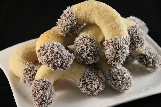 Kokosové rohlíčky máčené v čokoláde | NejRecept.cz