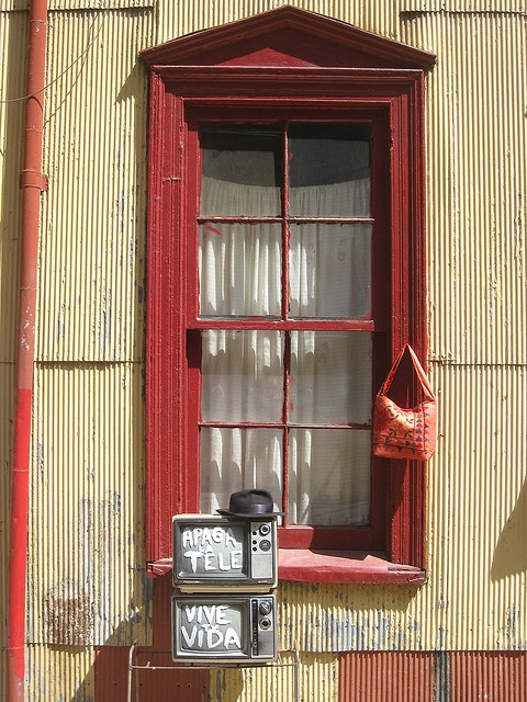 """""""Turn off the TV; Live your Life"""" in Valparaiso, Chile"""