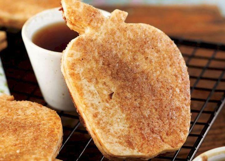 Öncelikle kurabiyenin hamuru için derin bir kabın içine unu alın.Üzerine tuz ve pudra şekerini katın ve karştırın.Ardından küp küp doğradığınız tereyağı parçalarını katıp parmaklarınızla karıştırın.Üzerine soğuk suyu yavaş yavaş dökerek hamur kendine gelinceye kadar kısa bir süre yoğurun.Hazırladığınız hamuru streç film ile sarıp buzdolabınızda 1 saat kadar bekletin.Elmanızın kabuklarını soyduktan sonra rendeleyin ve bir tencerenin içine alın.üzerine toz şeker ekleyip elmalar suyu çekinceye…