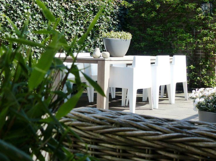 Houten Tafel | Witte Stoelen | Groene 'Muren' van Hedera en Klimhortensia