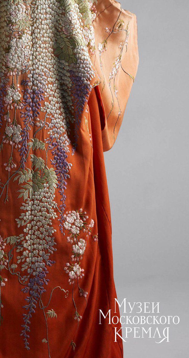 Спинка платья выполнена из цельного отреза ткани, а экстравагантный узор из глициний и цветущих веток сакуры вышит крученой шелковой пряжей  Музеи Кремля 