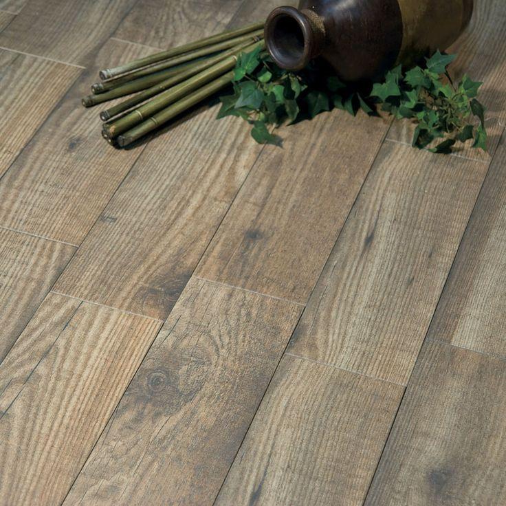 Baldosa de Gres de Pasta Roja para pavimento.   Medida de 15x45 deTextura Mate.   Pavimento de imitación madera en 2 colores, con aspecto desgastado, textura en relieve y destonificación entre piezas.