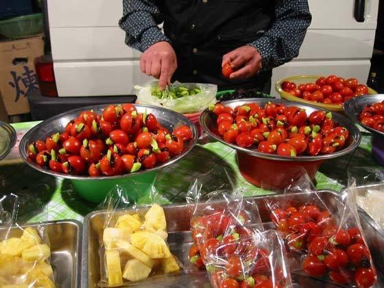 【水果王國】 蜜餞  蜜餞,也稱果脯,是以桃、杏、李、棗或冬瓜、生薑等果蔬為原料,用糖或蜂蜜醃漬後而加工製成的食品。除了作為小吃或零食直接食用外,蜜餞也可以用來放於蛋糕、餅乾等點心上作為點綴。傳說果脯是明朝時期的御膳房發明的。北京和台灣為蜜餞生產重鎮。  蜜餞的由來 其實,在古代蜂蜜是很珍貴的食材,一般的老百姓很少機會用到,只有宮廷裡的貴族或有錢人家才用的起,所以蜜餞 是很珍貴的甜點;在古代滿漢全席裡就有這麼一道叫做四合蜜餞。蜜餞,除了用來吃之外,還有另一個非常重要的功 能,那它是怎麼用的呢? 自古以來,身為貴族家的女孩,每當她們的心上人要出遠門趕考、當官或做生意的時候,就會自己製作一小包蜜 餞並提一首詩,用粉紅色的絹布仔細的包起來,然後偷偷的放到心上人的行囊裡,您知道為什麼嗎?因為這些女孩們 希望她的心上人在看到這些蜜餞時,能想起在遙遠的故鄉還有人在等待著他、想念著他,並希望對方在吃下這些蜜餞 時,能夠吃在嘴裡、甜在心裡。 蜜餞 — 甜甜蜜蜜的餞別就是這樣來的。 分享來源: WIKI