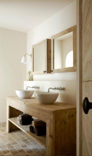 Mooi: grof hout gecombineerd met witte strakke tegels.