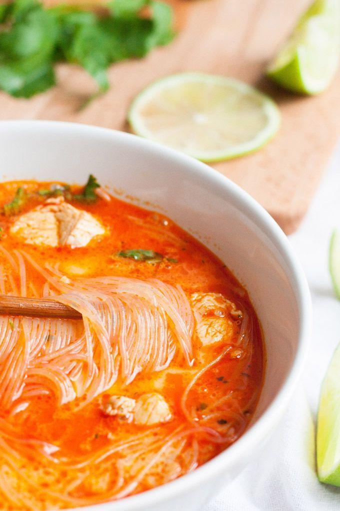 Würzig, wohlig warm und extraschnell fertig - die 20-Minuten Thai Chicken Soup ist das perfekte Soulfood. Super einfach und verdammt gut.