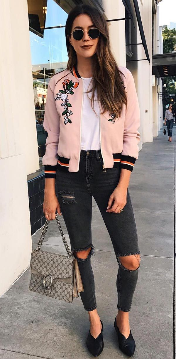 Bomber jacket rosa, t-shirt branca, calça preta destroyed, sapato preto