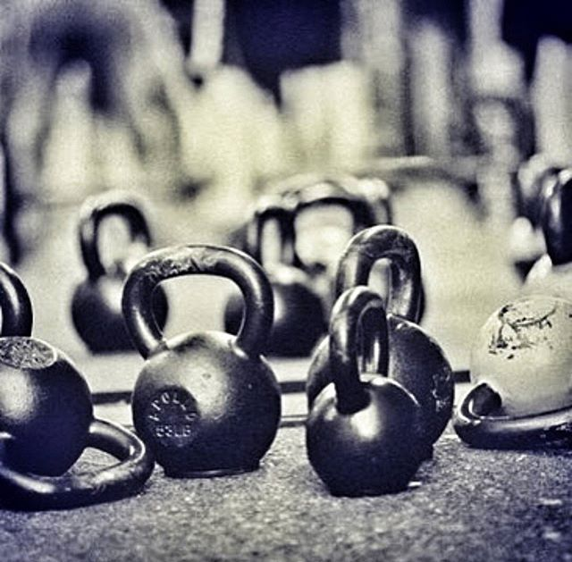 Rise and shine it's workout time!💪  We love kettlebells to get the blood pumping and for a serious strength workout. If done properly you can get an awesome workout in just 15-20 mins. Be prepared to pull up a but sore tomorrow...good sore...the best kind!! 📷@tamworthkettlebellclub