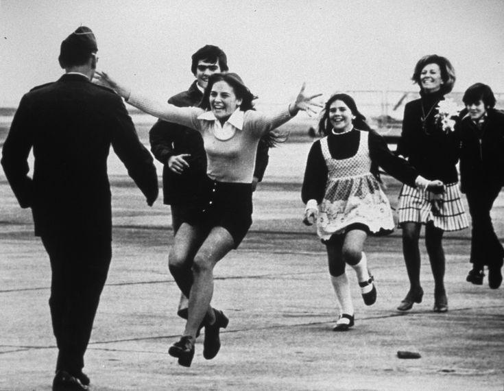 Burst of joy (explosión de alegría) es la foto que simbolizó el fin de la Guerra de Vietnam. Prisionero en Vietnam del Norte durante más de cinco años, Robert Stirm es recibido por su familia apenas tres días después de su liberación, el 17 de marzo de 1973, en la base aérea de Travis, California. La que se dirige hacia Stirm con los brazos abiertos es su hija de 15 años, Lorrie.