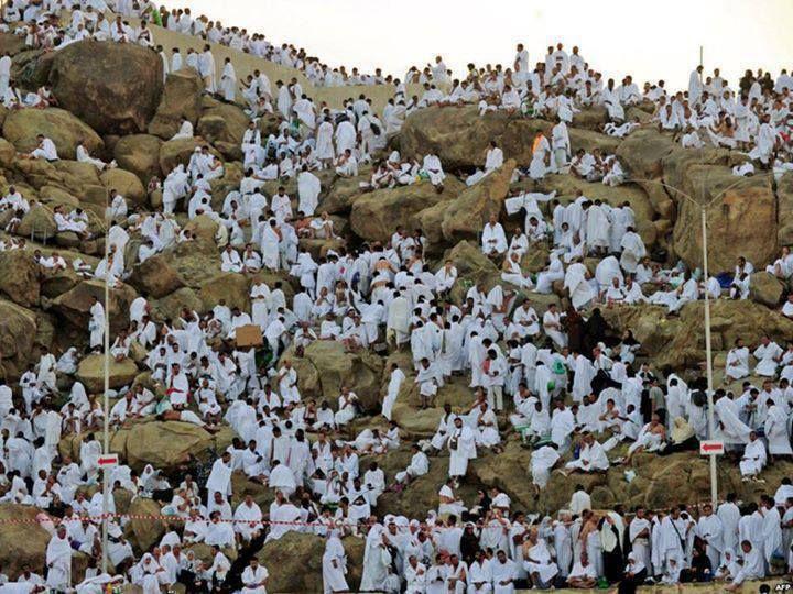 وقوف الحجاج المسلمين على جبل عرفات