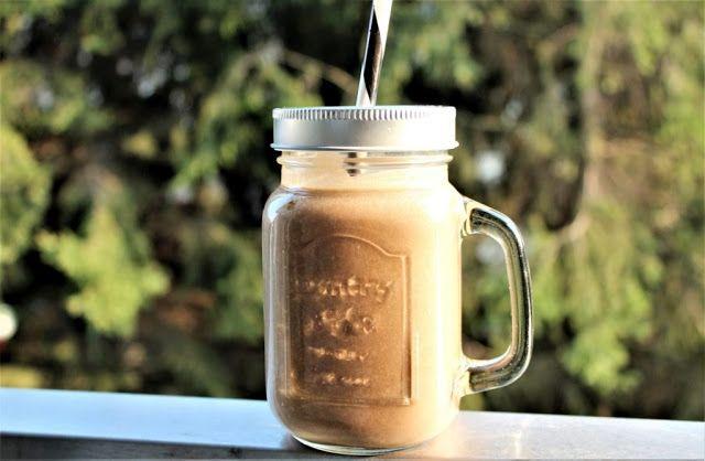 Koktajl kawowy - kawa mrożona lub ciepła czekoladowa kawa z pianką