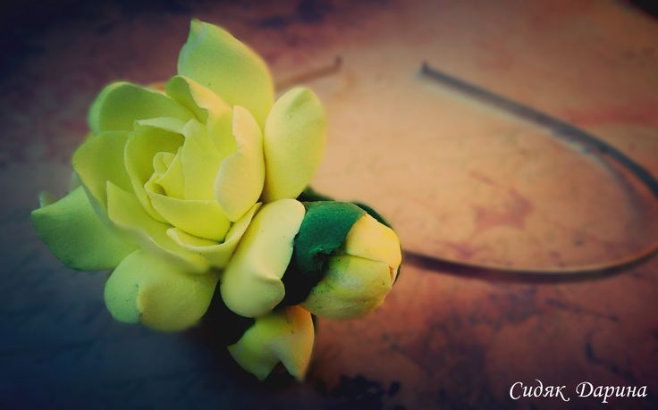 Очень красивый и нежный ободок с цветками и бутонами гардении и плюмерии. Подойдет как девушке так и на детскую головку. Цветы выполнены из глины Deco. Очень нежные практически не чего не весят. http://vk.com/club70390712
