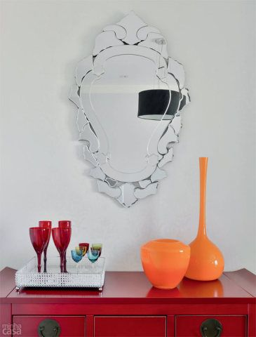 O cantinho do bufê chama a atenção pelo colorido e pela personalidade do armário chinês (fora de linha. Opção: armário laqueado Makalu, de 0,85 x 0,48 x 1,40 m*, com puxadores de ferro; Essência, 6 x R$ 445) e do espelho de estilo veneziano (similar: mede 0,57 x 1,05 m; Archi Forma, 3 x R$ 417).