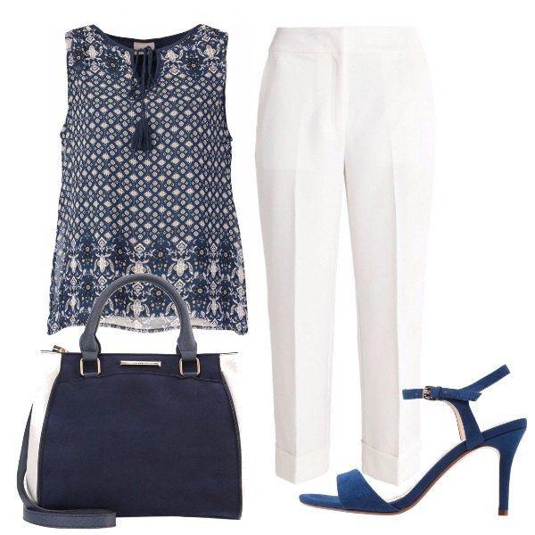 A dei semplici pantaloni alla caviglia bianchi, accostiamo il top con piccoli disegni e nappine, i sandali a fascia blu, la borsa con pannelli che riprende i due colori.