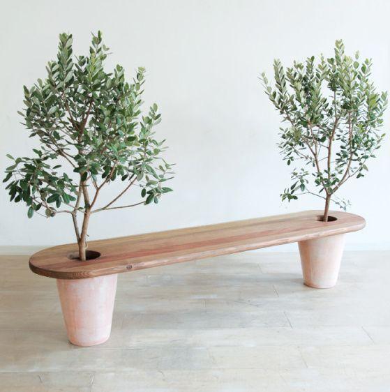 Få plads til både smukke træer og en dejlig bænk på altanen :-)