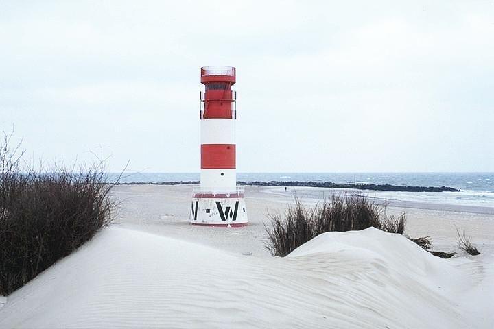 Leuchtturm Helgoland, Düne. 1936 erbaut. Unterfeuer: rot-weiß waagerecht gestreifter Mast mit einem mit der Spitze nach oben zeigenden Kegel und einer Plattform Oberfeuer: rot-weiß waagerecht gestreifter, runder Turm. Höhe 15 m. Breite: 54° 11' N Länge: 007° 55' E