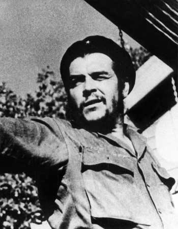 ERNESTO 'EL CHE' GUEVARA  Político, escritor y médico argentino-cubano. Fue uno de los más reconocidos ideólogos y comandantes de la Revolución Cubana que alcanzó su máximo en 1959.  Desde entonces y hasta 1965 participó en la organización del Estado cubano y ocupó varios altos cargos gubernamentales, siendo presidente del Banco Nacional y ministro de Industria; también fue responsable de varias misiones diplomáticas internacionales.
