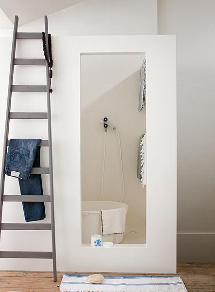 In deze badkamer is van mdf een rechthoekige unit gebouwd meet twee douches erin.
