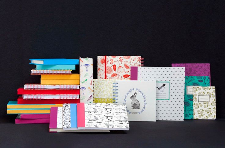 Dale un nuevo aire a tu escritorio con las libretas full diseño que tenemos en Casaideas!! Hay de distintos tipos para que elijas el formato que más te acomode. Primavera - Verano 2016
