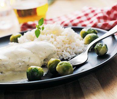 En smidig kycklingrätt till vardags är denna kokta kycklingfilé som du serverar med ris och en krämig örtsås på färskost.