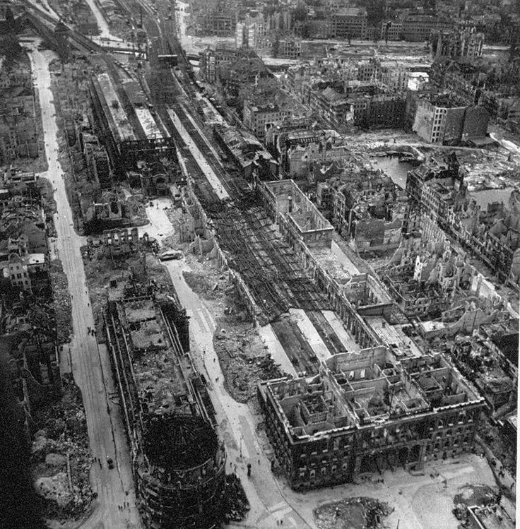 Berlin1945 Ruine Haus Vaterland und der zerstörte Potsdamer Bahnhof