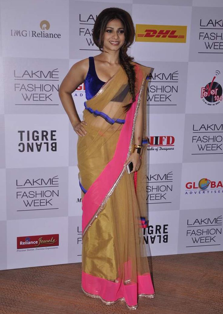Tanisha Mukherjee in a gold netted saree by Manish malhotra at Lakme Fashion week Winter/Festival 2013 MM 90 - Kalkifashion.com
