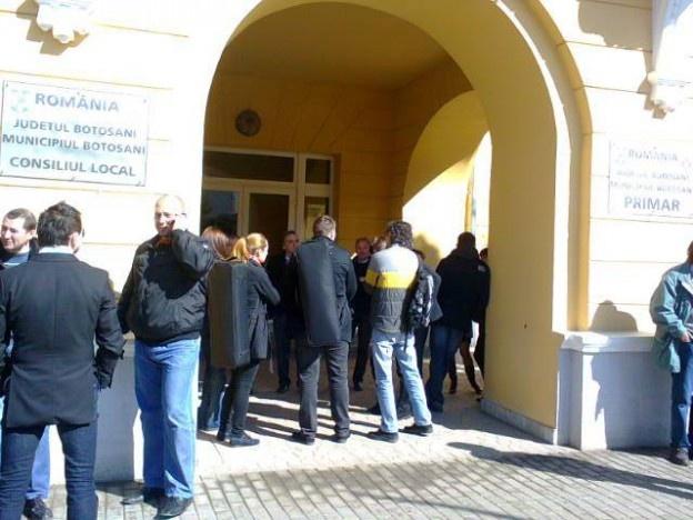 Un protest spontan al angajaţilor de la Filarmonica Botoşani a avut loc, miercuri, în faţa Primăriei Botoşani.    30 de angajaţi ai Filarmonicii din Botoşani au ieşit, miercuri, în stradă, pentru a protesta faţă de activitatea directorului Mihai Sarbu. Aceştia îl acuză pe director că îşi depăşeşte atribuţiile şi are un management defectuos.