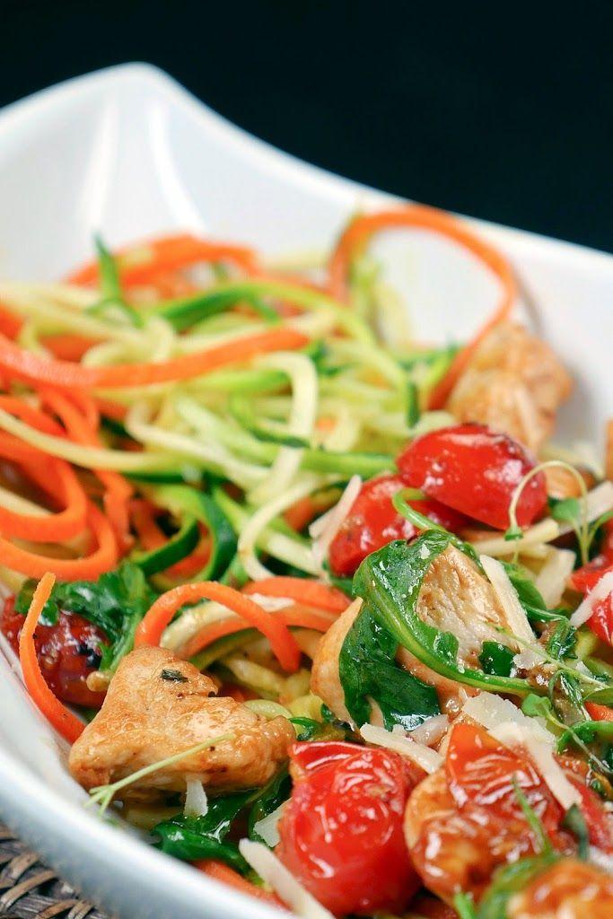 Low Carb Zoodles mit Hähnchen, Rucola und Kirschtomaten Rezept