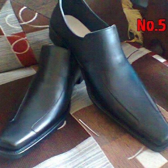 Jual Sepatu Pantofel Kulit Asli Berbagai model terbaru tersedia untuk pria dan wanita. Bahan: Kulit Domba Ukuran: 36-43 Add Pin BB: 7DF468AF http://cervinshop.blogspot.com/2014/04/jual-sepatu-pantofel-kulit-asli-murah.html