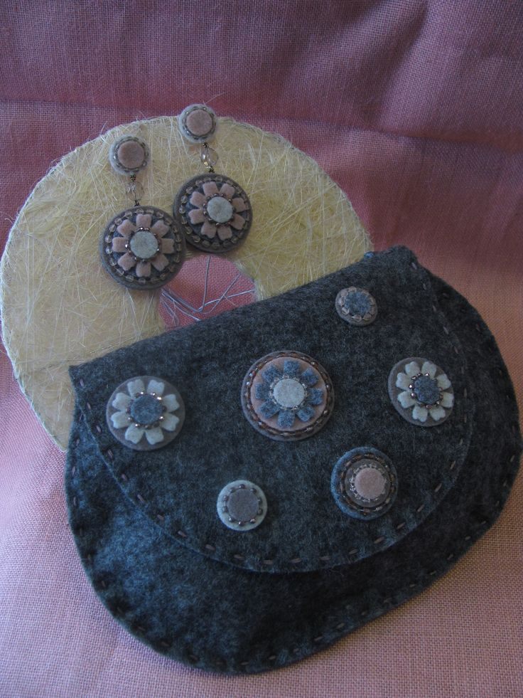 pochette e orecchini in feltro