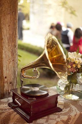 Décor de mariage rétro années Folles - Photo: Trianon Wedding Photography - La Fiancée du Panda blog Mariage & Lifestyle