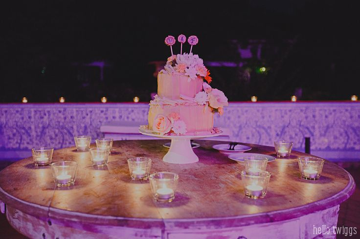 Party details - rustic wedding cake Photo by Claudia Casal * Hello Twiggs