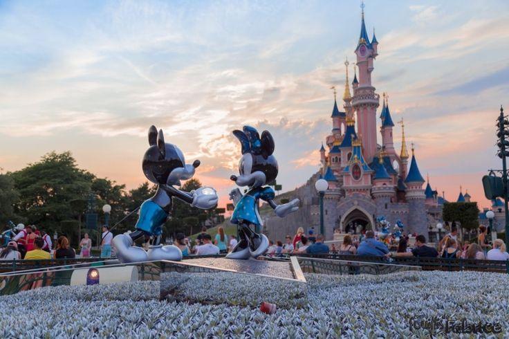 Le 20 juin dernier, une fois de plus, je suis allé me balader à Disneyland... mais cette fois c'était un peu spécial puisque le 12 avril le parc à fêté ses 25ans ! Je me souviens encore deJean-Pierre Foucault présenter l'émission de la cérémonie d'ouverture en 1992, et moi qui à l'époque dessinais déjà du Disney (Oliver et Compagnie)que je recopiais dans le Journal de Mickey. Bref, comme toujours, j'ai emmené mon cher appareil photo. Je vous laissé donc découvrir une pre...