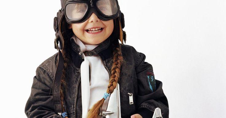 Cómo confeccionar una gorra de aviador para un disfraz. Los pilotos famosos han usado gorras de aviador a lo largo de la historia. Estas gorras han sido un accesorio distintivo de los pilotos, desde Charles Lindbergh hasta Amelia Earhart. Combina la gorra con una chaqueta cazadora y unos anteojos protectores para complementar el atuendo. Al confeccionar tu propia gorra de piloto, puedes hacerla a ...