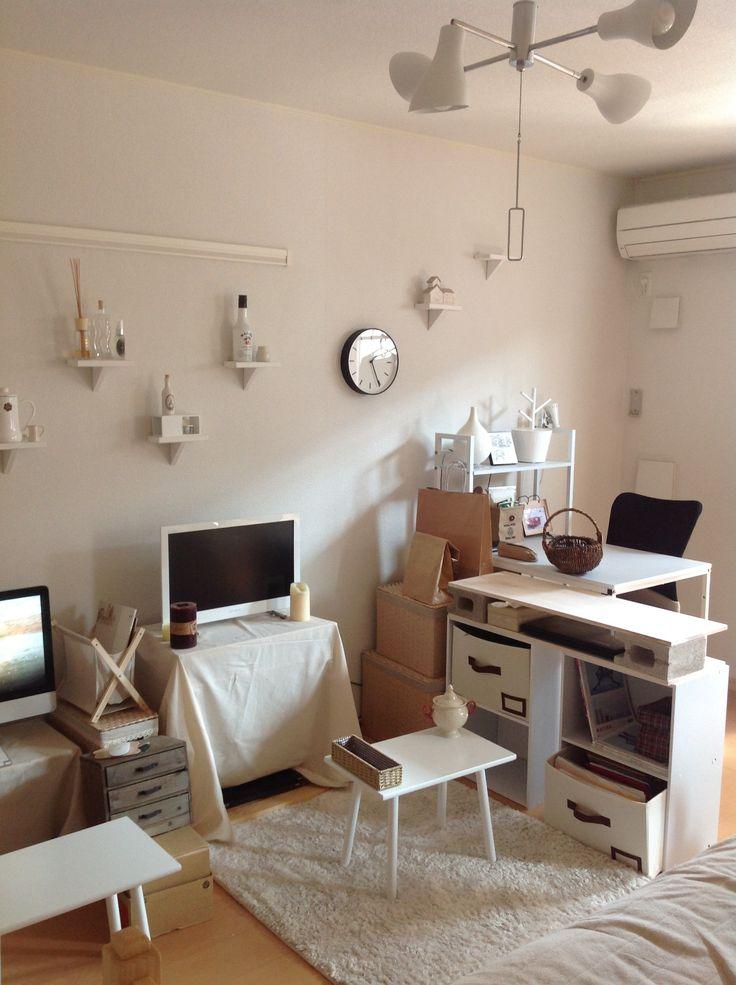 シンプルに白でまとめたお部屋。間隔や高さを変えて壁に付けられた棚に遊び心を感じます。