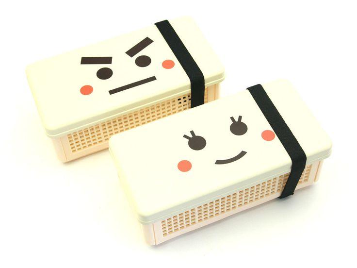 折りたたみ式サンドイッチケースサンドイッチの他におにぎりも入れられます。ユニークな顔のイラストがランチタイムをハッピーに演出。使用後はコンパクトに折りたたんで鞄にスッキリ収納できます。電子レンジ✖︎・食洗機✖︎材 質:ABS、ポロプロピレンサイズ:195x96x78mm(折りたたみ式)日本製