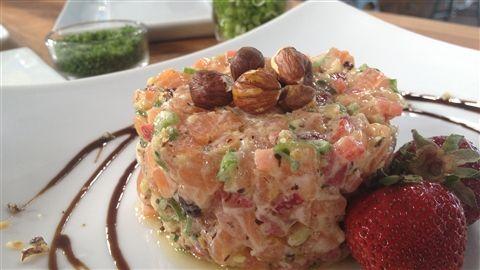 Tartare saumon, fraises, noisettes, sésame