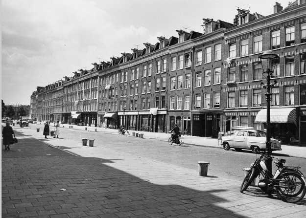 1959. View of the Von Zesenstraat in Amsterdam-Oost between De Linnauesstraat and De Dapperstraat in Amsterdam. Stadsarchief Amsterdam. #amsterdam #1959 #VonZesenstraat