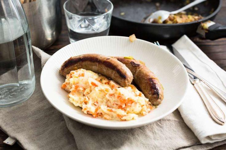 Recept voor gestoofde braadworst voor 4 personen. Met boter, braadworst, prei, bier, aardappelen kruimig, ui en winterpeen