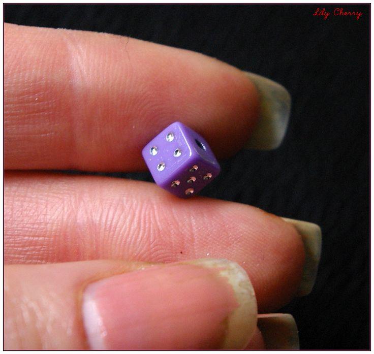 Perle dés a jouer violet 6mm x1 : Perles en Plastique bead dice par lilycherry
