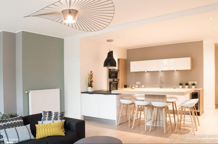 une décoration épurée et un look scandinave dans des tons de gris vert d'eau et chêne clair. Une belle pièce à vivre très fonctionnelle et agéable ou la couleur donne vie à chaque espace.