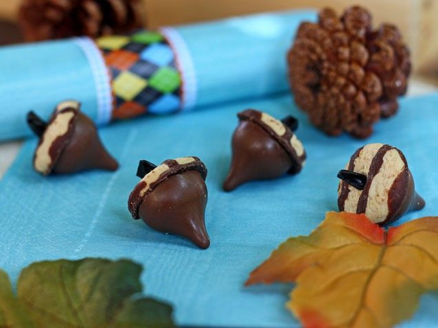 kisses and keeblers acorns - super cute for a Thanksgiving table- add a small fruit roll-up leaf and food writer to add a name as a place holder
