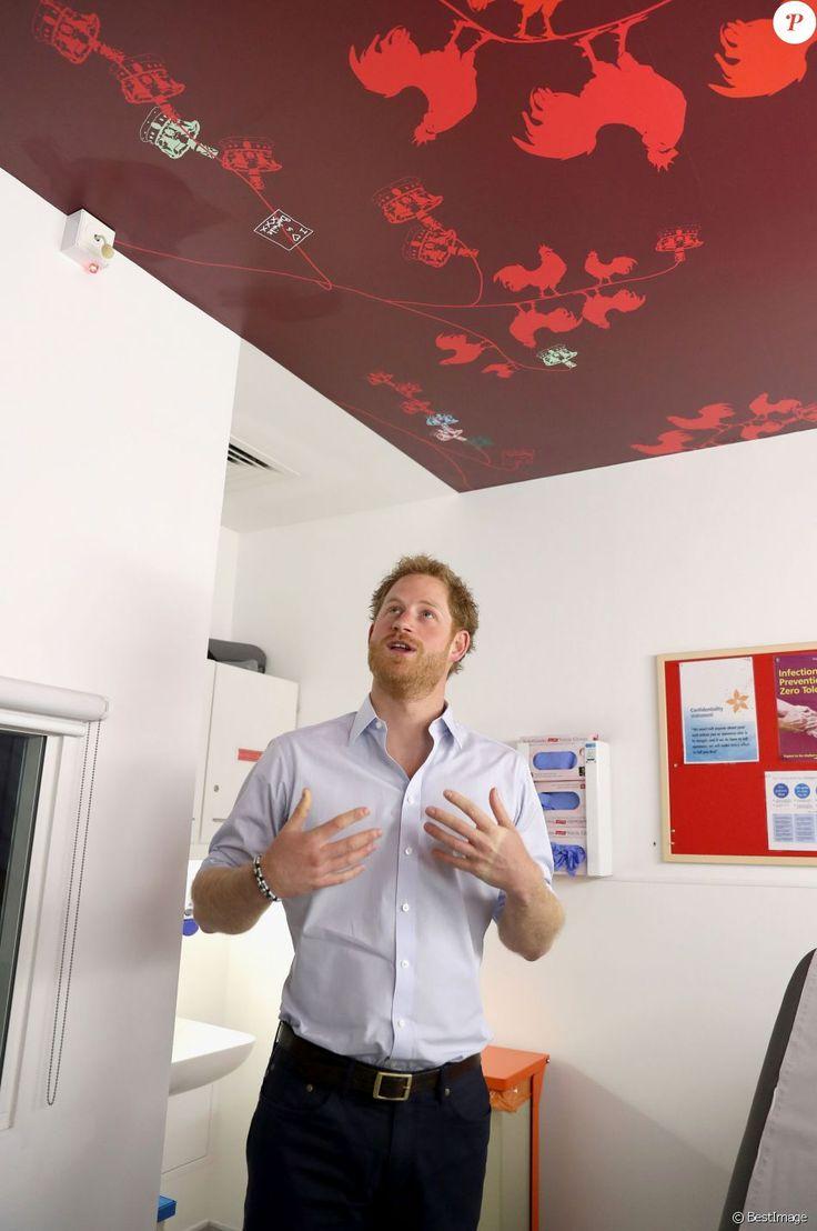 Le prince Harry s'est soumis le 14 juillet 2016 à un test de dépistage du VIH/sida pratiqué par le psychothérapeute Robert Palmer au Guy's and St Thomas' Hospital à Londres. L'initiative, qui était diffusée en vidéo live sur la page Facebook de la monarchie britannique, avait vocation à sensibiliser le public au test de dépistage, facile et rapide.