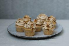 Cupcakes seslaným karamelem jsou taková dobrůtka, žeklidně sníte tři naposezení, jako toudělala jedna moje kamarádka. Ajestli máte rádi větrníky, bude vám tohle chutnat. Karamelový krém totiž velmi připomíná karamelovou šlehačku.