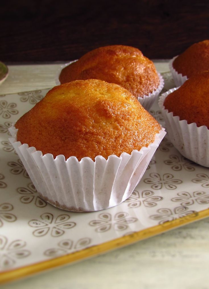 Orange muffins | Food From Portugal. Want to make a quick and simple snack for your friends or for your family? Prepare these delicious orange muffins, they are fluffy, have excellent presentation and are perfect to serve with coffee or hot tea!