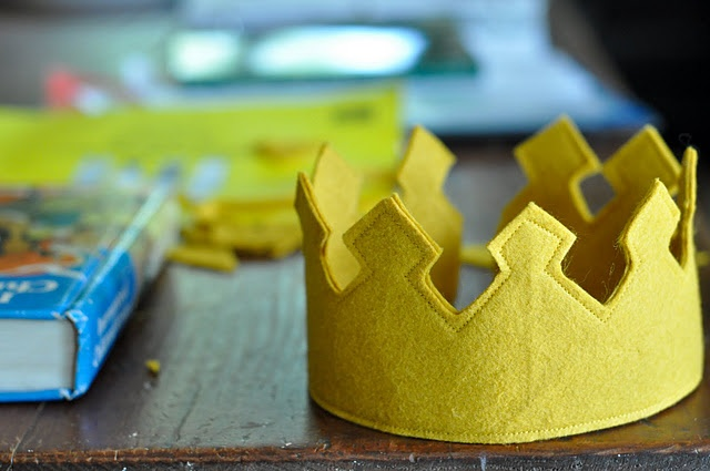 How to make a royal felt crown.  Great idea for the King costumes for our Church Christmas Program.  Just add some jewels, and it would look very Regal.  :D)